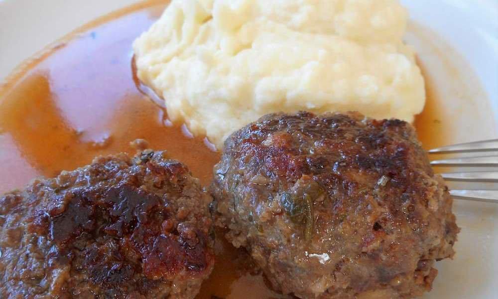 """Hauswurst mit Kraut, süße Strauben oder eine """"Brettlmarende"""": Südtiroler Schmankerl zum Abendessen"""